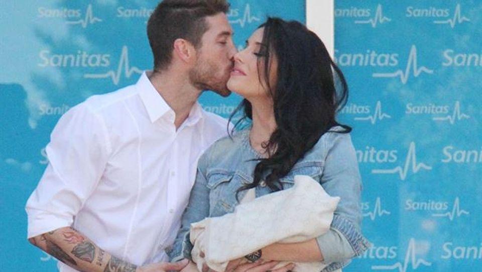 vania_detalle.Sergio Ramos y Pilar Rubio a la salida del hospital