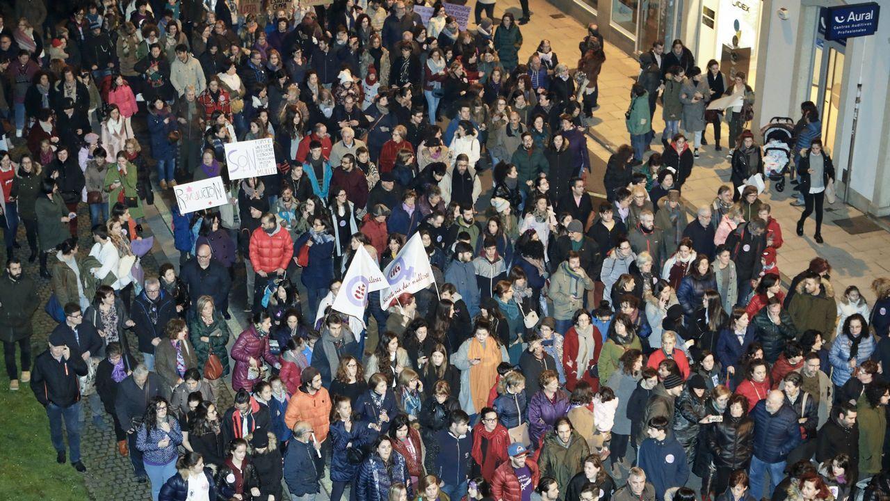 El BNG vuelve a carga con una campaña del 8-M contra los <span lang= gl >«machos alfa da dereita»</span>.Concentración del 8M, el Día Internacional de la Mujer, en la plaza del Ayuntamiento de Oviedo