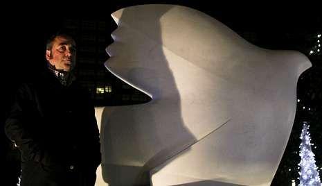 Molezún, anoche junto a la paloma de Picasso de la plaza de Pontevedra.