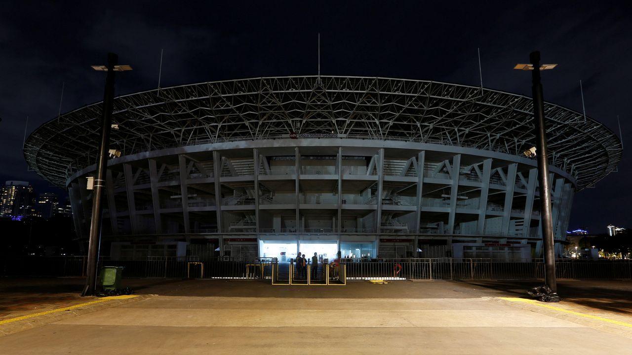 Vista del estadio Gelora Bung Karno de Yakarta durante el apagado de luces