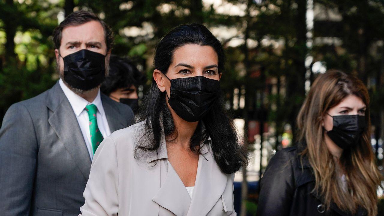 La candidata de Vox, Rocío Monasterio, vota en el colegio San Agustín.