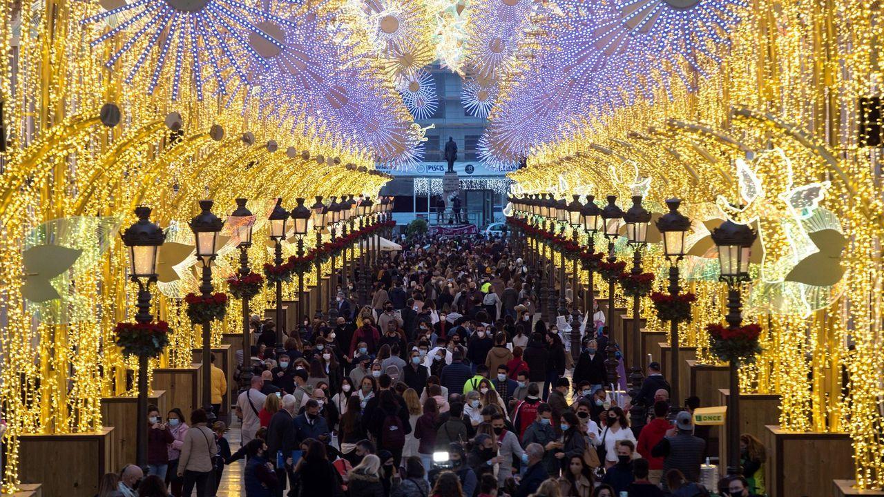 Cientos de personas abarrotan la calle Larios de Málaga para ver las luces de Navidad