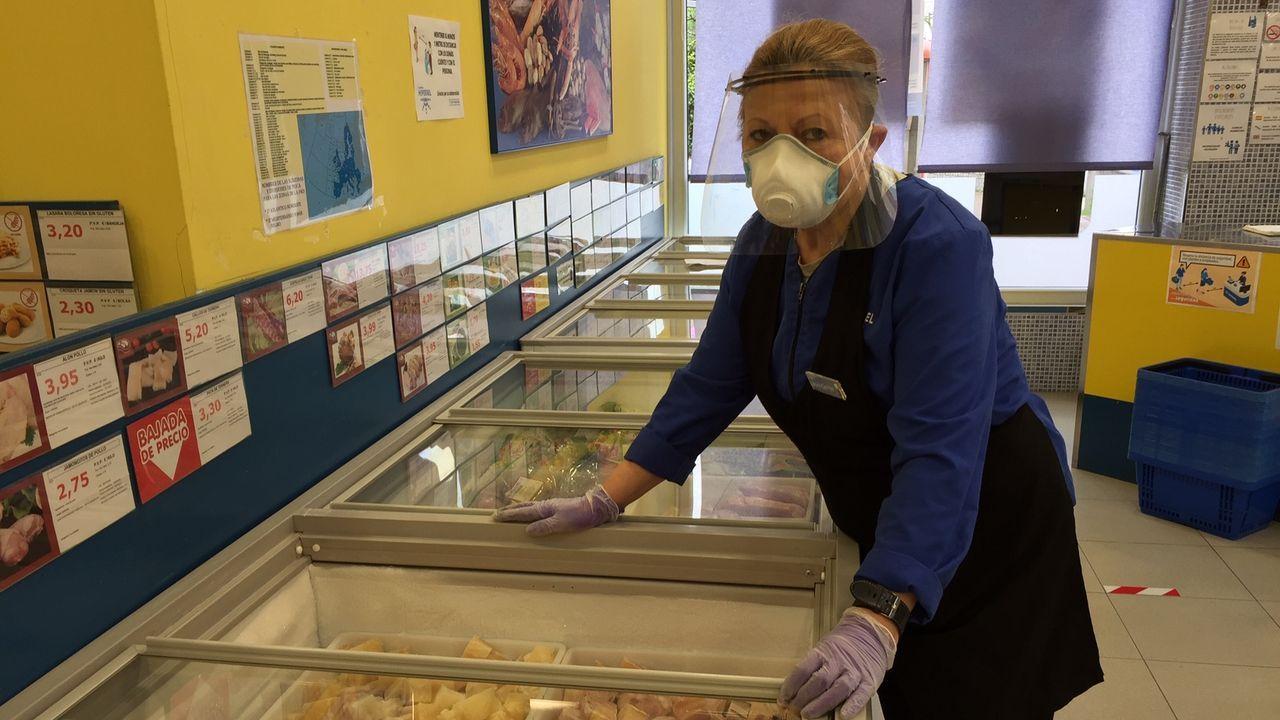 Isabel Gerpe, empleada de la tienda de congelados Hiperxel de Santa Icía, en Naron