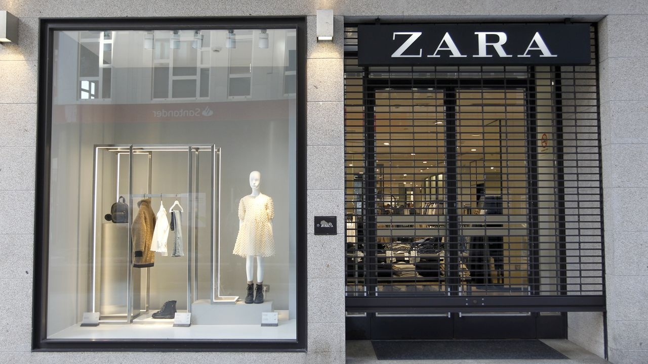 Inditex cierra este sábado todas sus tiendas en España, como este Zara en la calle Alcalde Rey Daviña, Vilagarcía