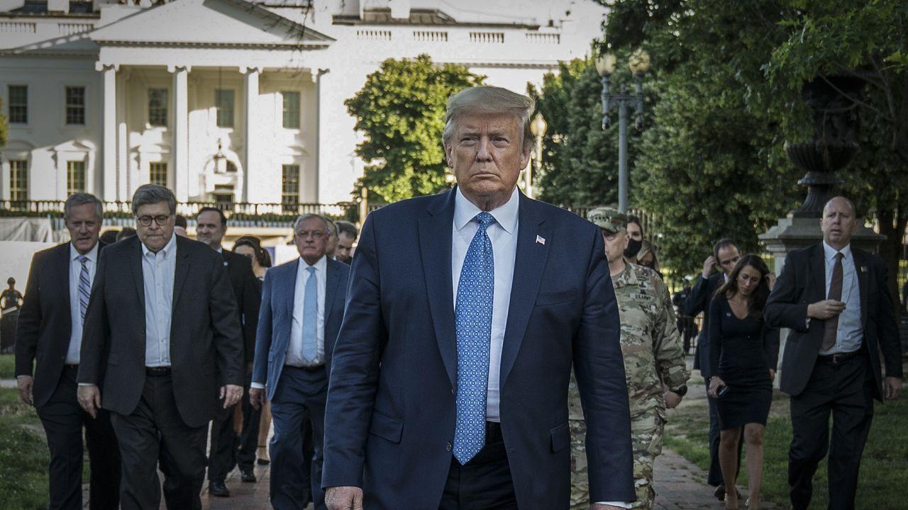 Trump camina a la iglesia episcopal de San Juan desde la Casa Blanca en medio de las protestas por la muerte de George Floyd