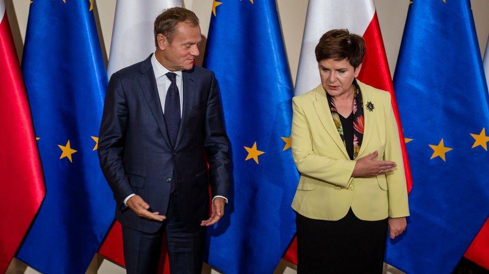 Pánico en el Parlamento de Londres.La primera ministra polaca, a la derecha, quiere retirar su apoyo a Tusk, a la izquierda.