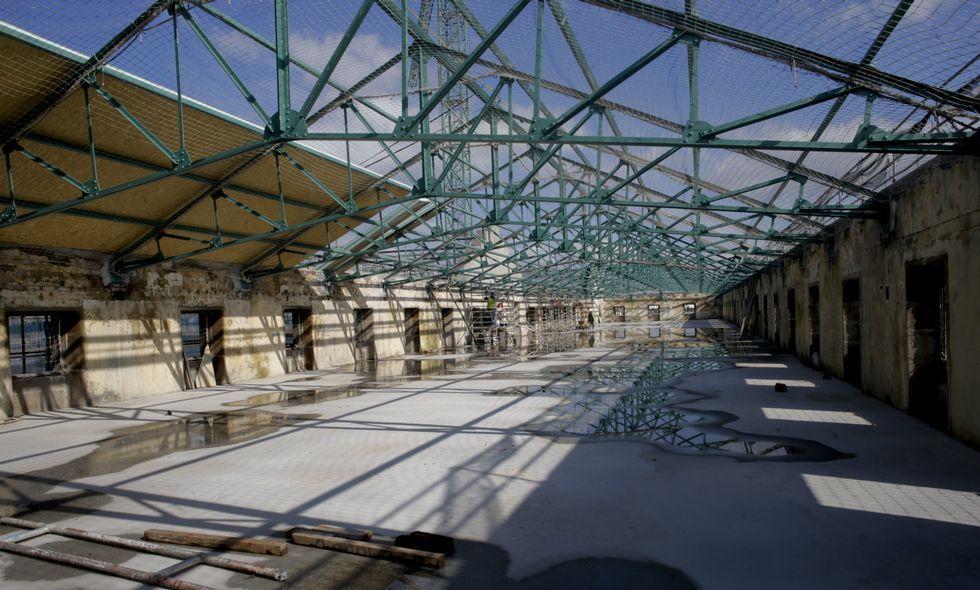 Los trabajos se centran en la actualidad en instalar la nueva cubierta del edificio.