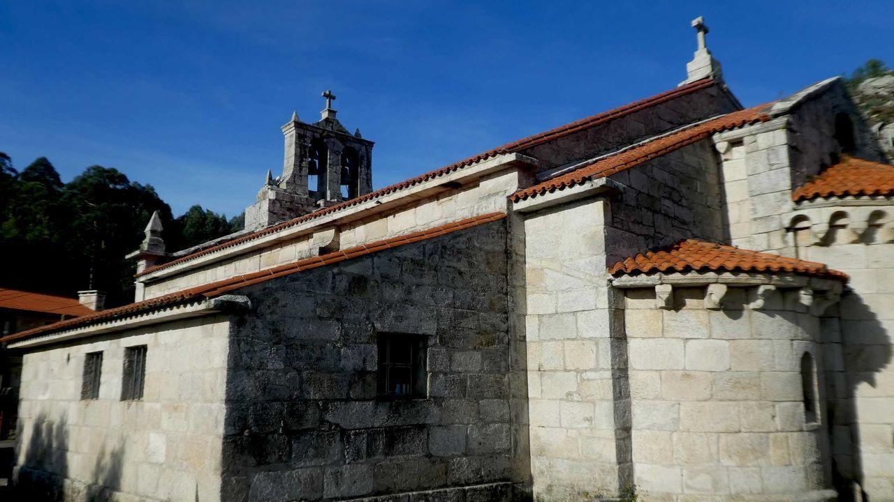 En la iglesia románica de Monteagudo, en Arteixo, destacan sus tres ábsides del siglo XII en excelente estado de conservación