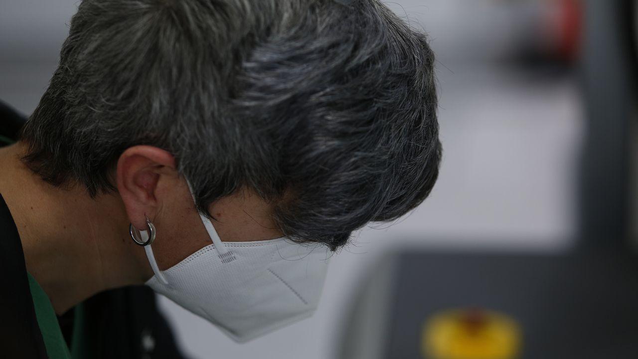 Chuac. Sanitario con mascarillas en la zona de pruebas covid