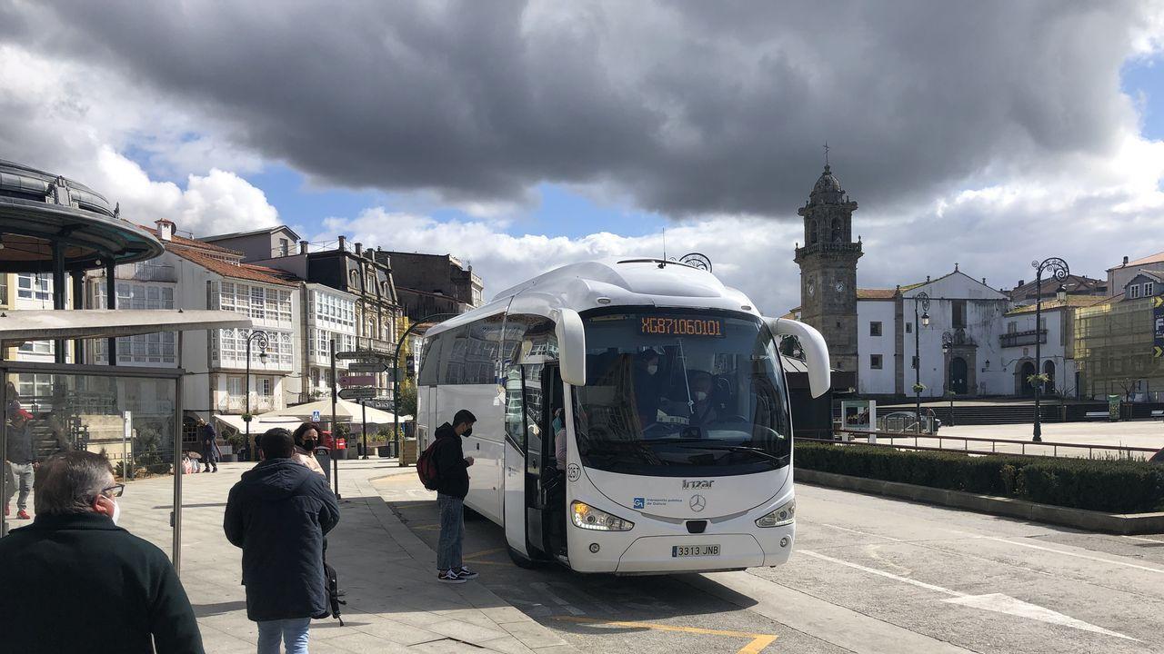 Imagen de archivo de un autobús recogiendo viajeros en la plaza García Naveira de Betanzos