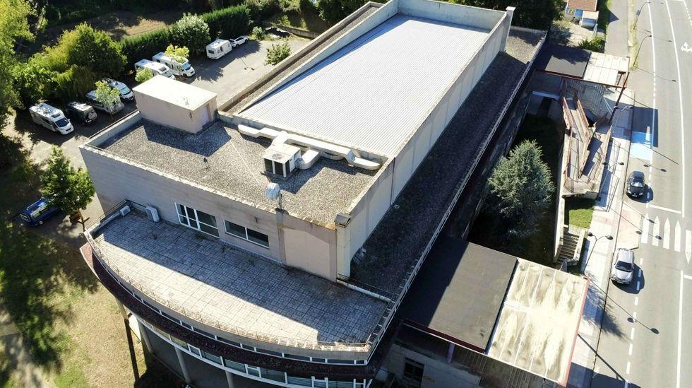 triodos.El tejado en terraza del edificio multiusos facilita la acumulación de agua y provoca humedades en el interior del inmueble