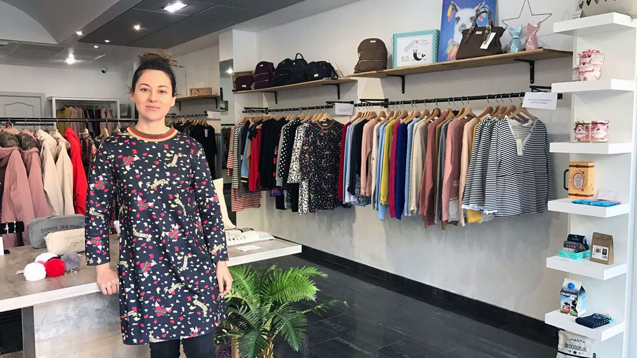 Raquel Medina Ferna?ndez, en su tienda AlegraMi?a, ubicada en el centro de El Entrego