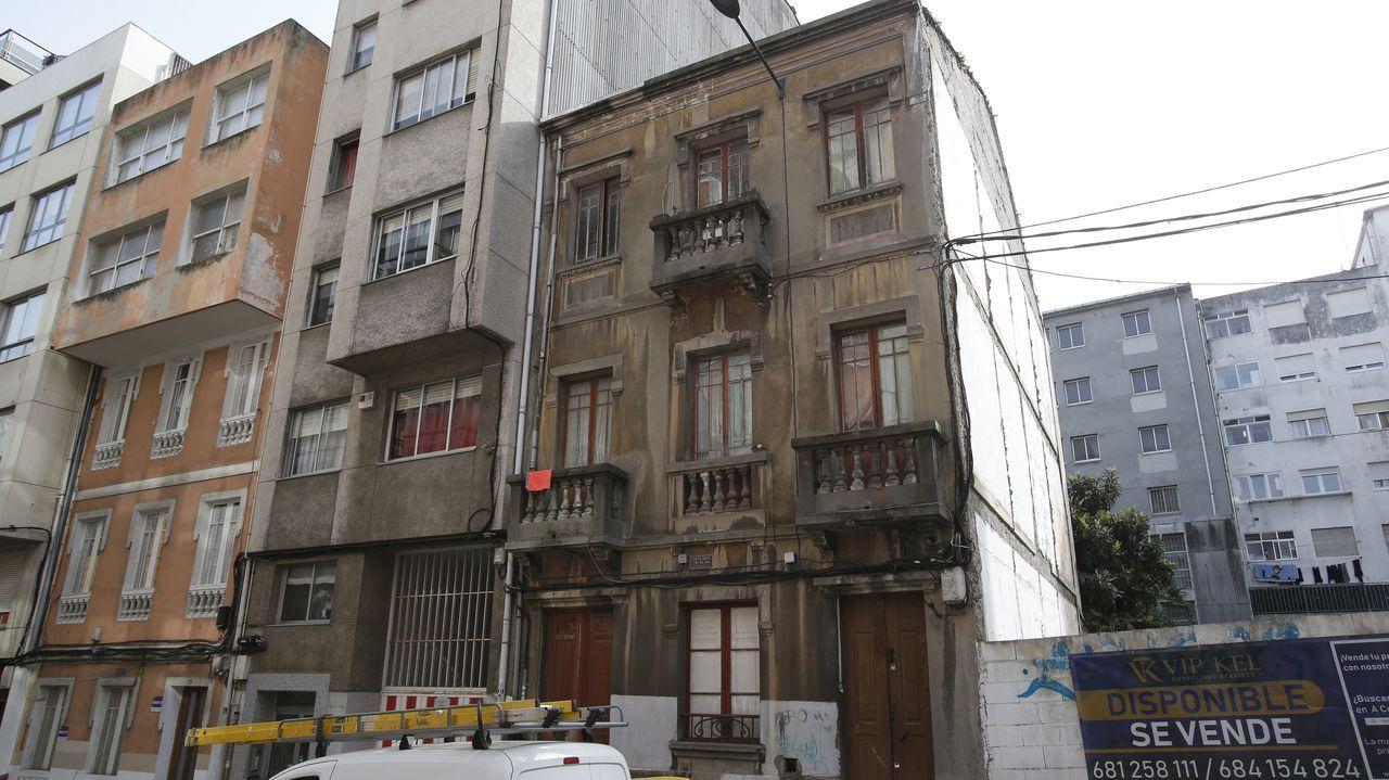 Así es la casa que el juzgado de Lugo subastó desde un céntimo.Imagen del desalojo de los okupas de la calle doctor Fleming, en A Falperra