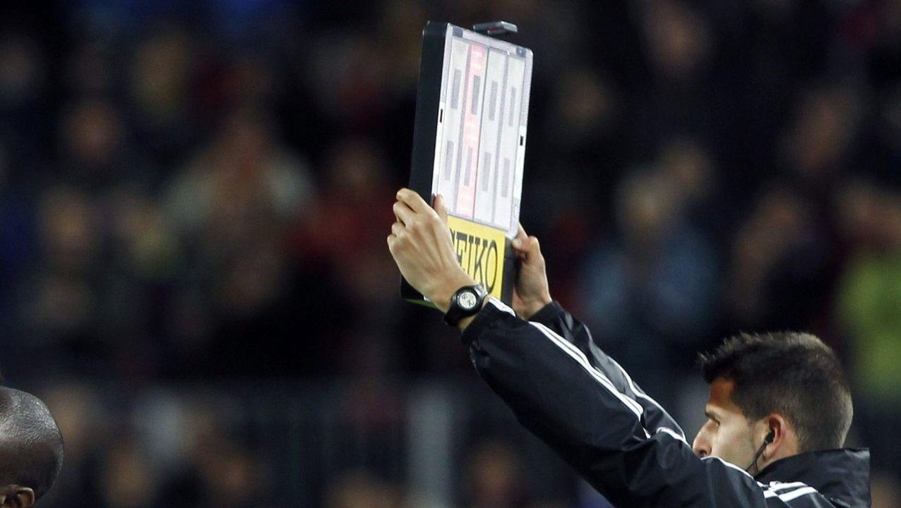 Borja Sánchez controla un esférico frente al Sporting