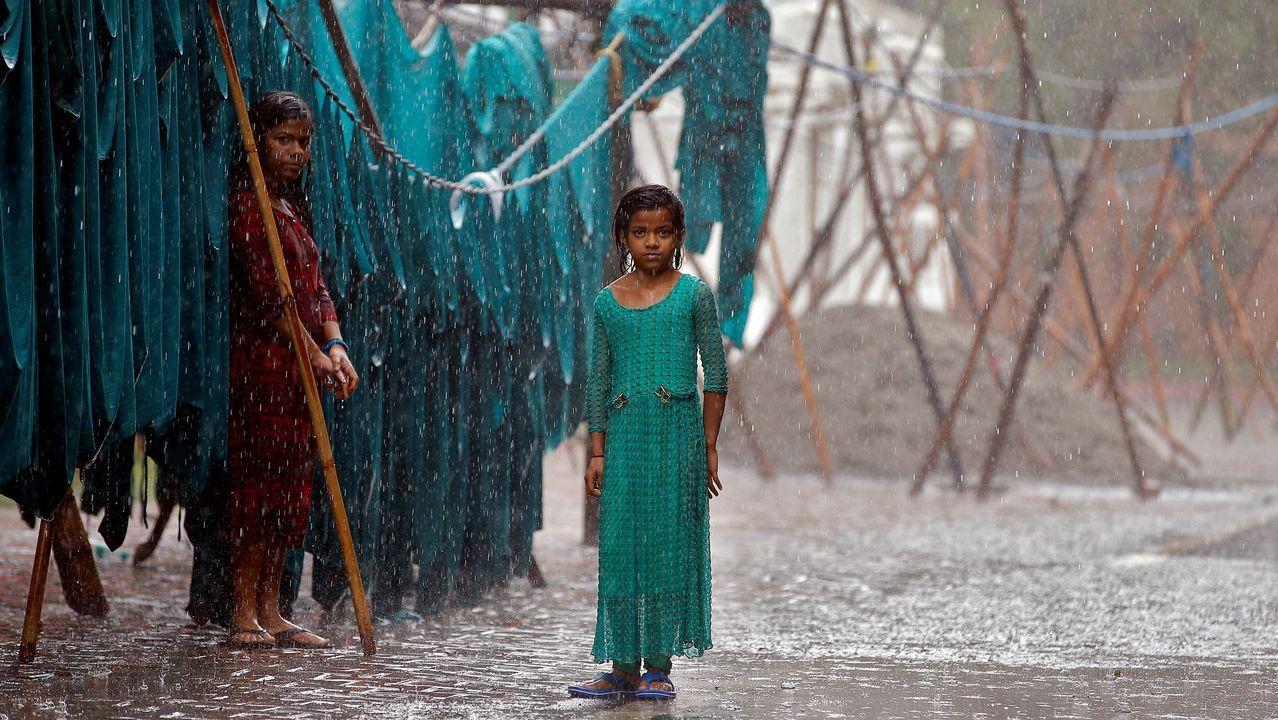 Niñas bajo la lluvia del monzón en Nueva Delhi