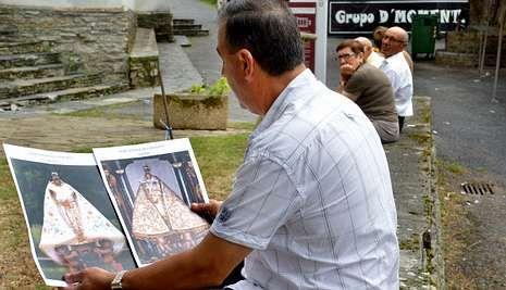 Un vecino de Conforto, en A Pontenova, observa dos fotografías de la Virgen.