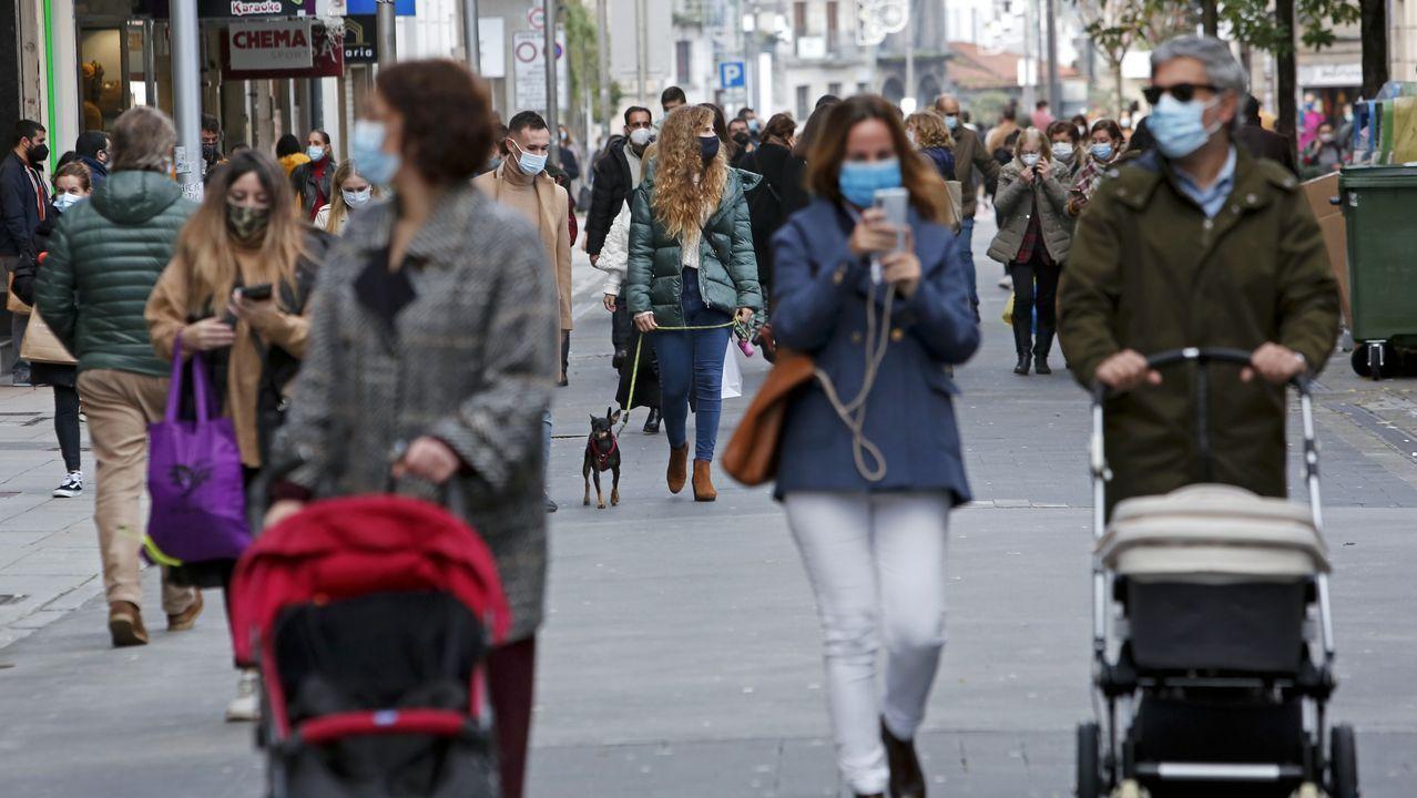 Illa confirma que la vacunación arrancará en España el 27 de diciembre.Chuac. Sanitario con mascarillas en la zona de pruebas covid