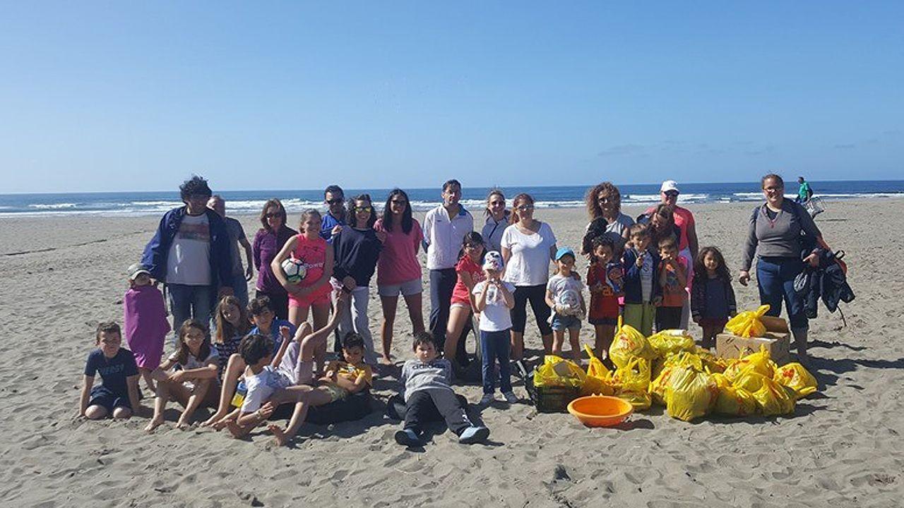 Foto de familia de la limpieza de la playa de Bayas organizada por el AMPA del colegio público Lorenzo Novo Mier de Oviedo.