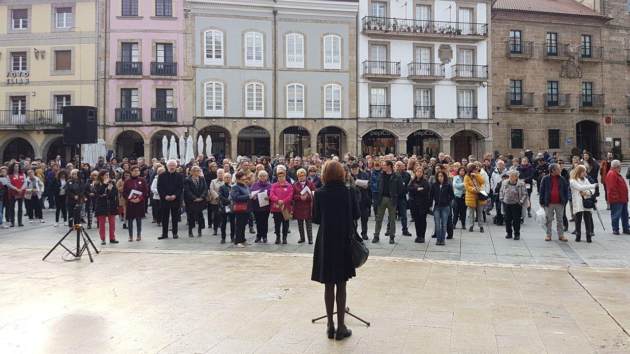 Lectura del manifiesto del Consejo de la Mujer de Avilés, en la plaza de España, durante el día internacional contra la violencia de género