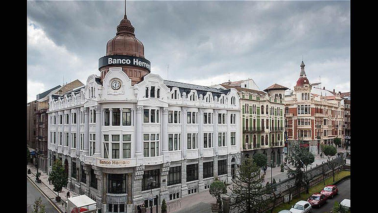 Pablo Junceda.Oficina principal del Banco Herrero en Oviedo. Los atracadores accedieron por la puerta de la calle Fruela, a la izquierda