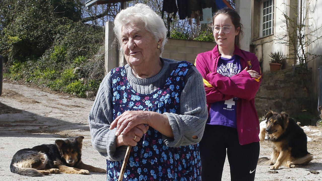 A Dominga no le ha cambiado mucho la vida. A su nieta Sandra, en cambio, le queda estudiar en casa la oposición e ir sacar las vacas.