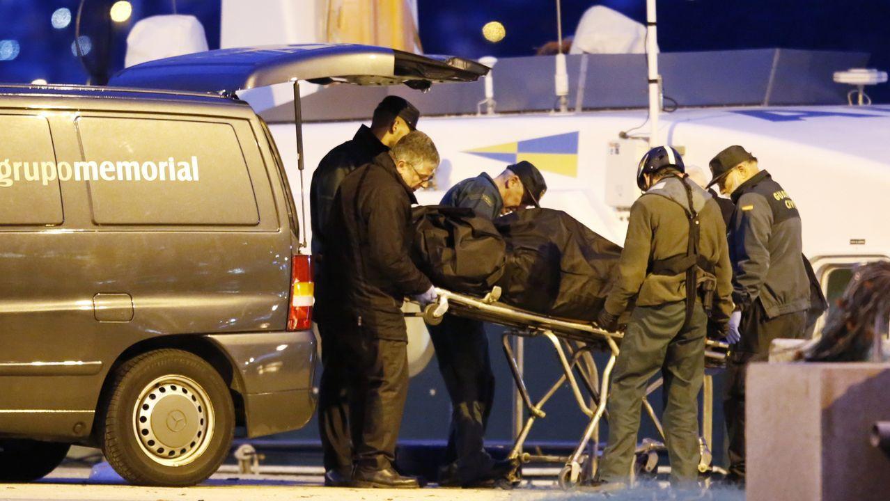 Rescatan el cuerpo de uno de los dos marineros desaparecidos con su barco en las Islas Cíes.El esquelo de la embarcación, en las instalaciones portuarias de Baiona