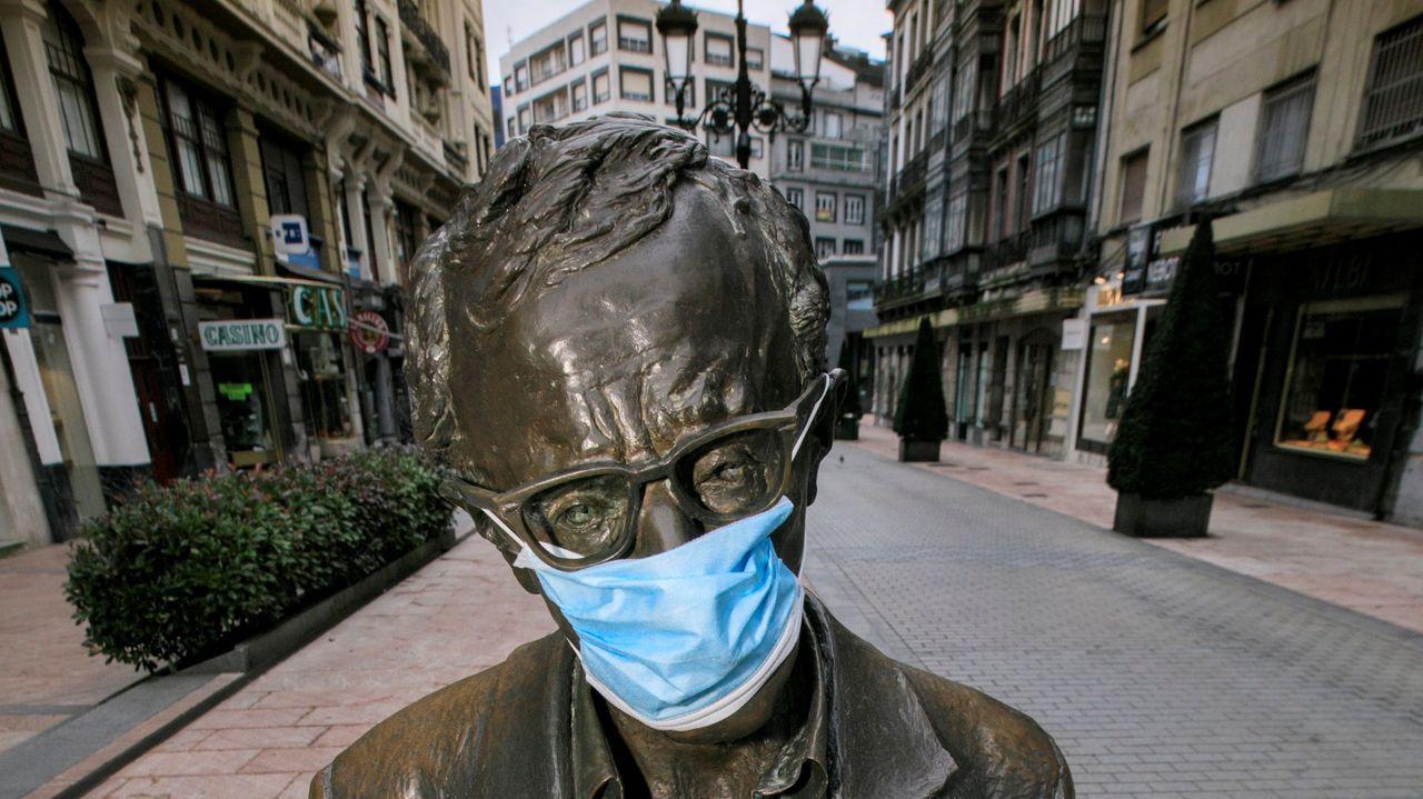 La estatua de Woody Allen, con mascarilla, este domingo, durante las labores de desinfección de Oviedo.