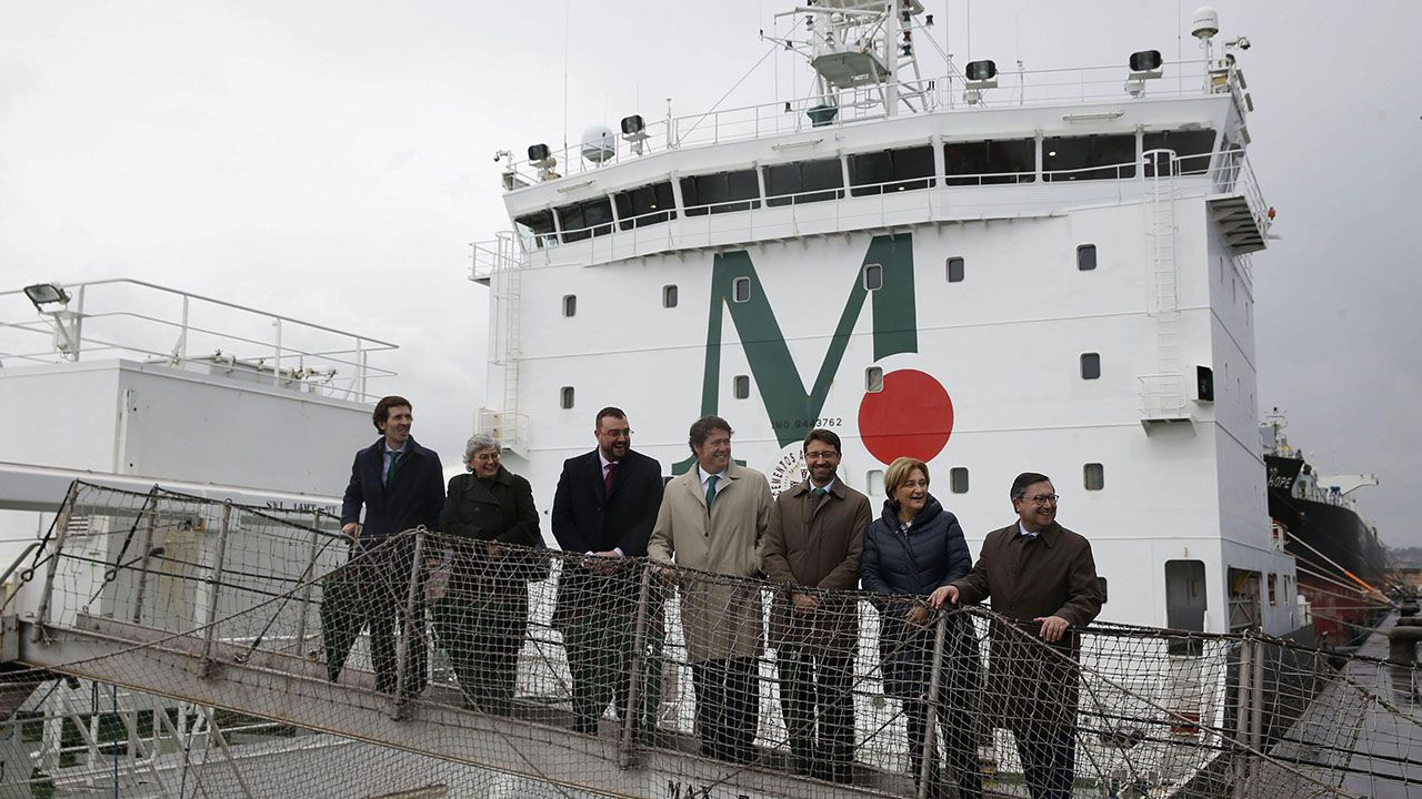 El presidente del Principado, Adrián Barbón, participa en la inauguración de una terminal para el almacenamiento, manipulación y carga de productos sólidos, en el Musel, del grupo Masaveu.
