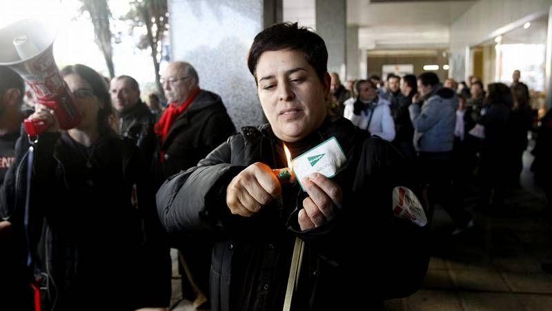 El hombre de oro recorre las calles del centro.Una mujer quema ante El Corte Inglés su tarjeta.