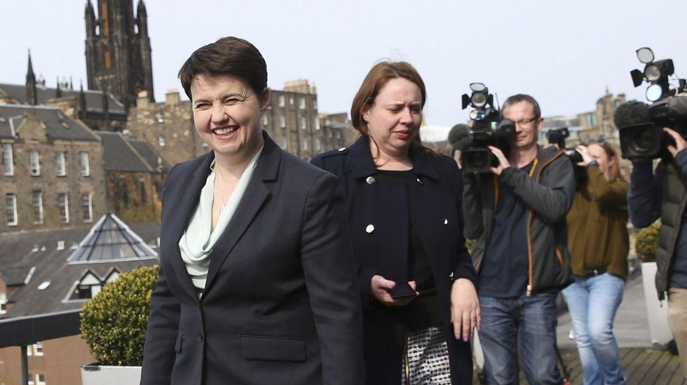David Cameron anuncia su adiós.Nacho Manzano, entre sus hermanas Sandra y Esther