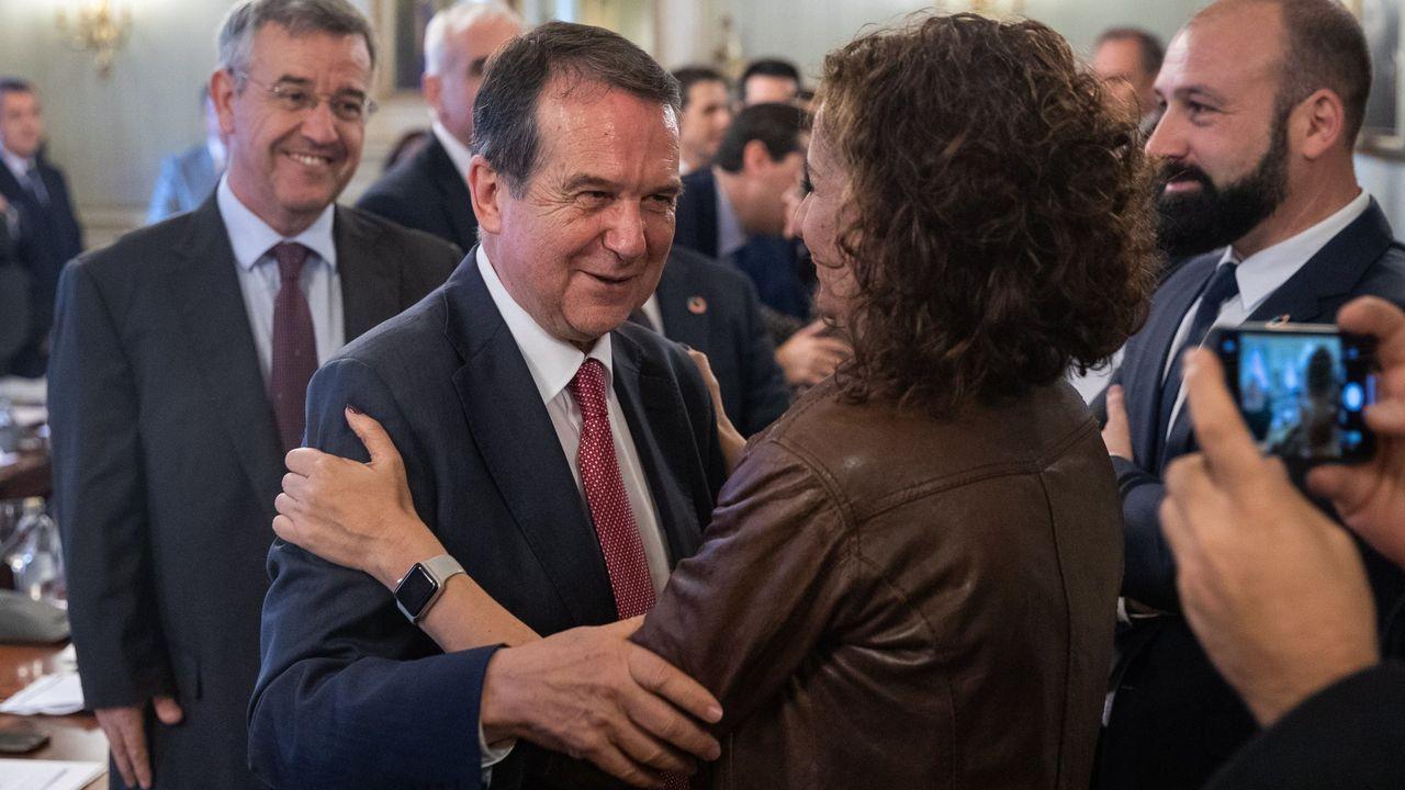 Caballero, presidente de la FEMP, saluda a Montero, ministra de Hacienda
