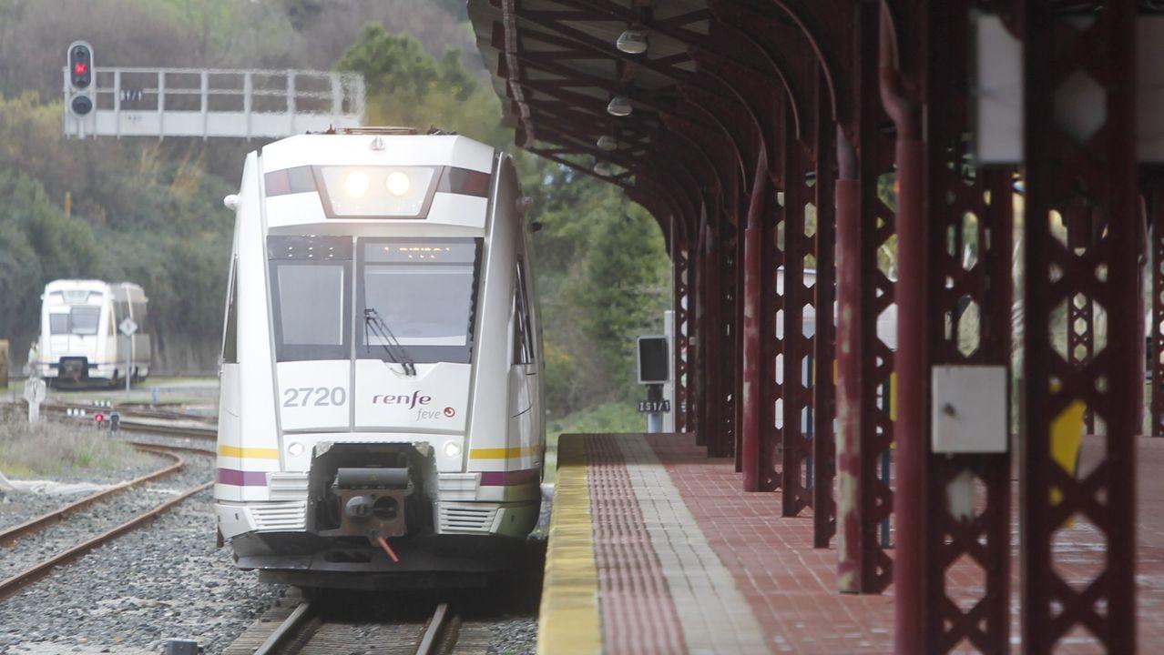 El Black Friday llena las zonas comerciales de A Coruña.Un tren por el tramo que estuvo cerrado 21 días por las obras del AVE