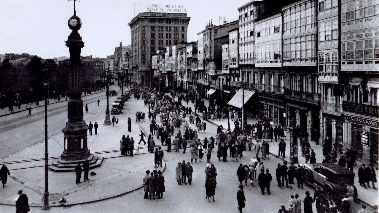 Negocios en Santa Cruz.Una vista del Obelisco, hacia 1933, con el edificio del Banco Pastor al fondo con un cartel publicitario sobre la terraza
