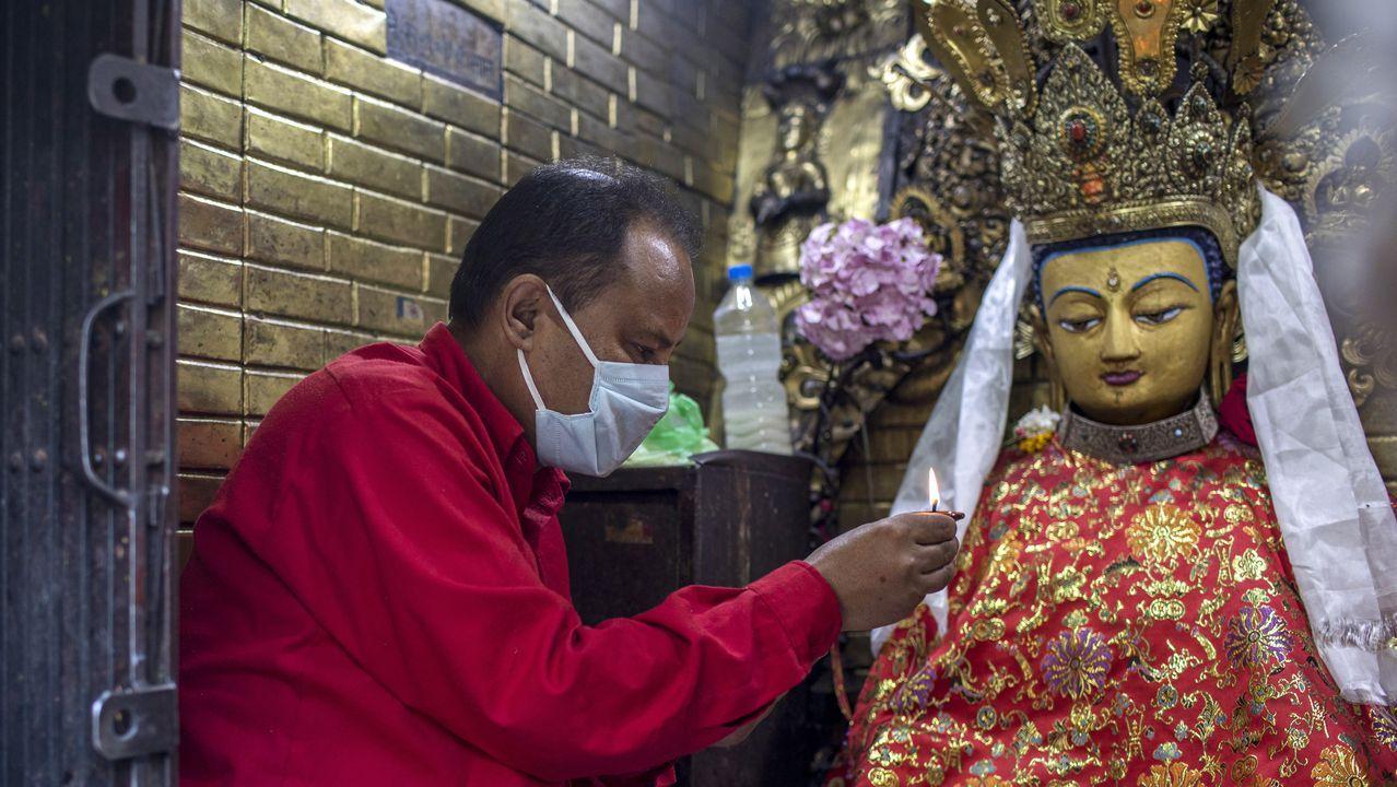 Un sacerdote nepalí realiza una adoración en el templo de Syambhu en Katmandú