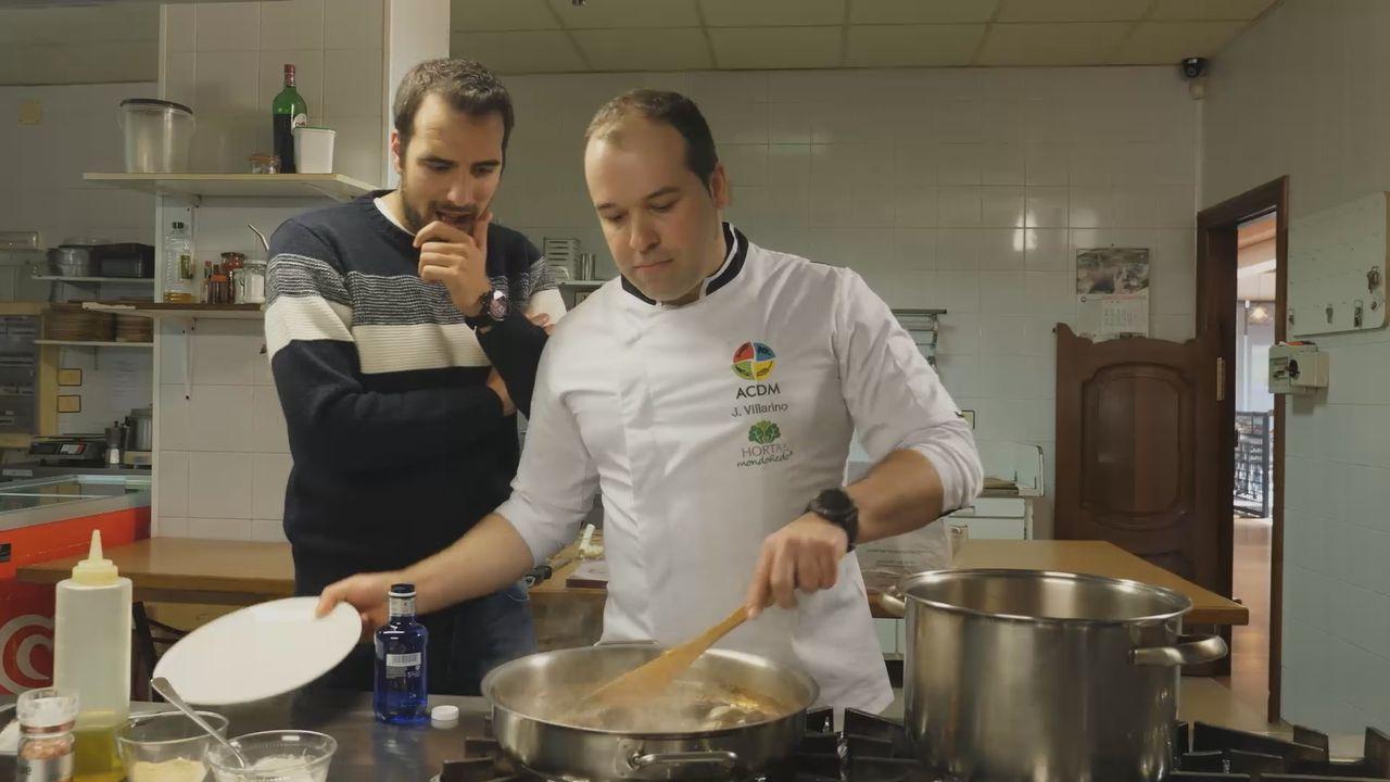 Un plato de almejas de Carril con sorpresa.Carlos González durante unha demostración culinaria en Vigo
