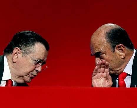 La familia llora la pérdida.Alfredo Sáenz y Emilio Botín, ayer en la junta del Santander.