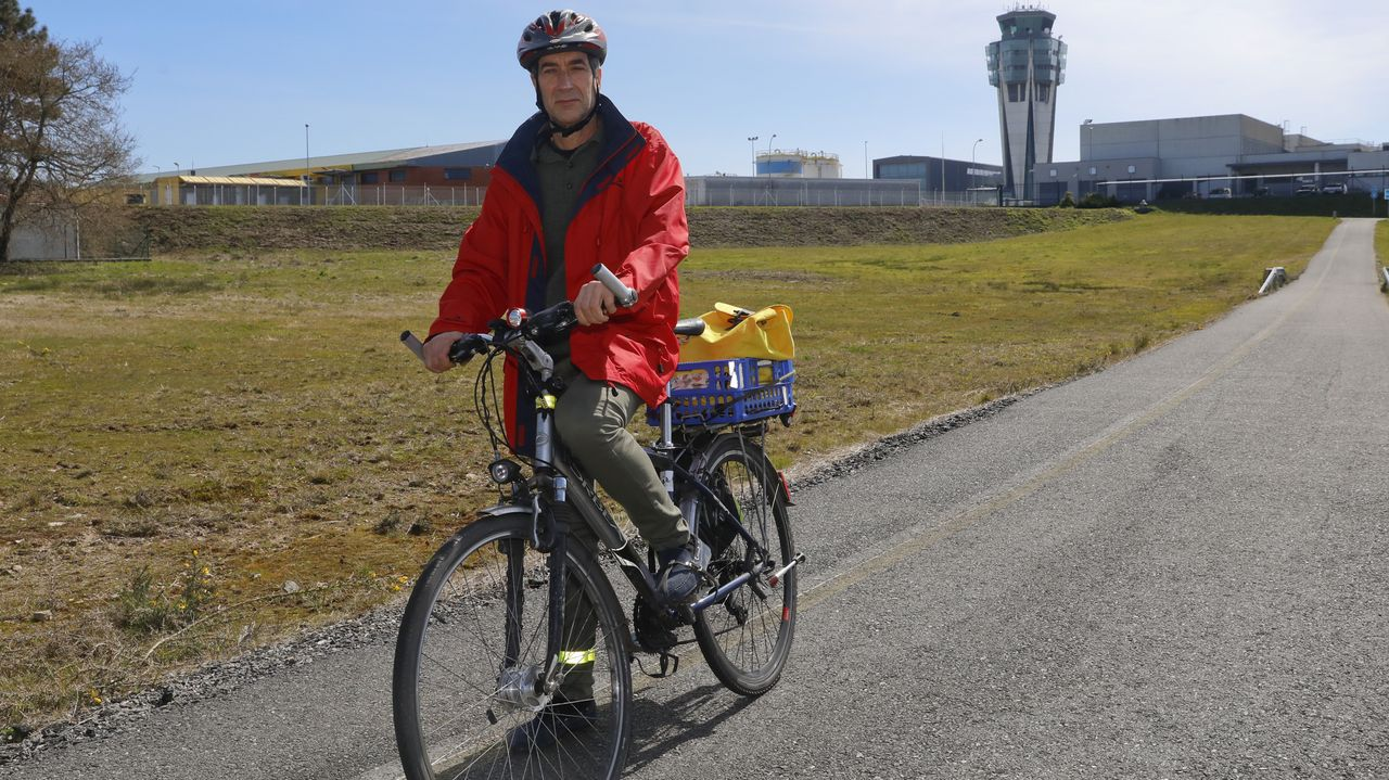 Juan Carlos Mañoso, vecino de Santiago desde 1992, acude en bici a su puesto en la oficina meteorológica del aeropuerto. «Empecé por razones físicas y de medio ambiente», apunta en el carril para ciclistas que parte de la terminal. «Si no fuera por mi mujer, vendía el coche», sostiene