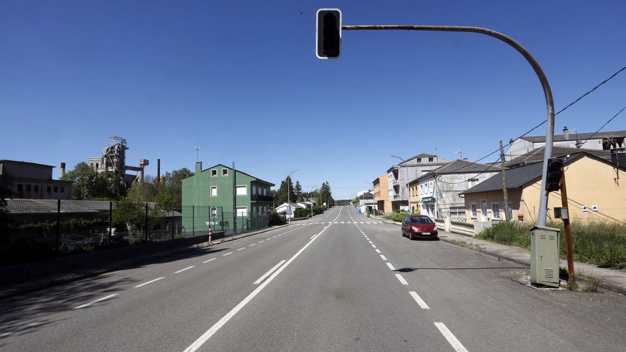 Así son las entrañas de la fábrica de energía de Valdriz.Carretera LU-546 a su paso por Oural, en Sarria, por donde Carlos López estaba realizando la ruta en bicicleta con sus compañeros
