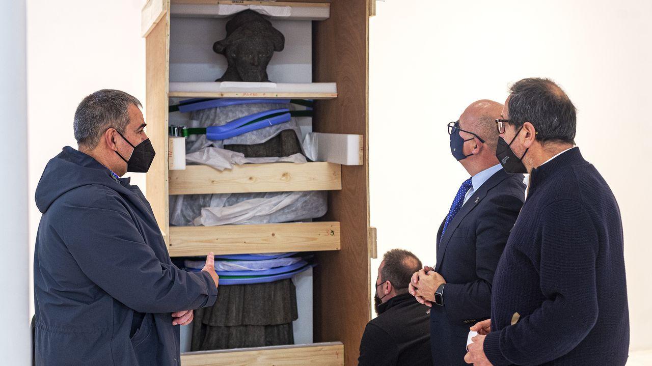 Imagen durante el montaje de la exposición en el Marcos Valcárcel