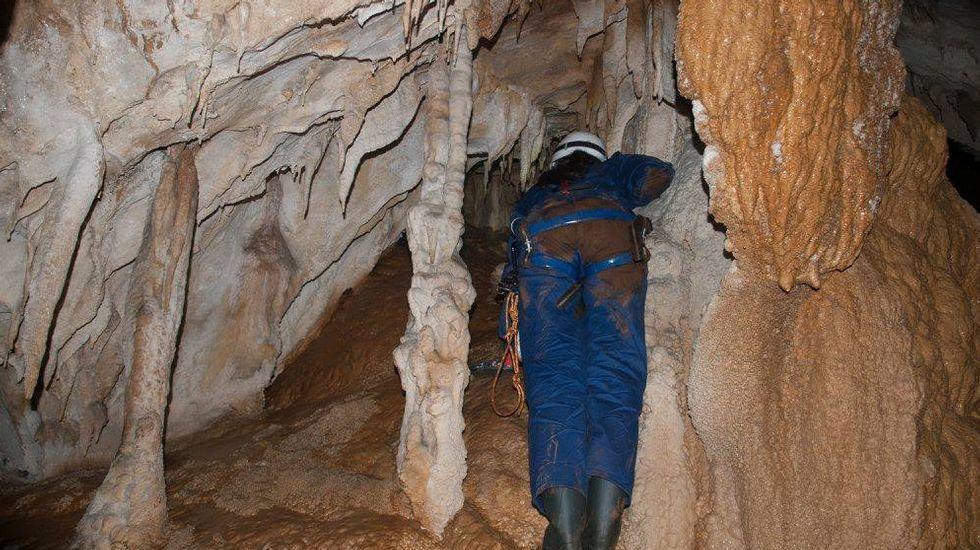 En la gruta abundan las formaciones calizas de diversos tipos, como estalactitas, estalagmitas, coladas y banderolas