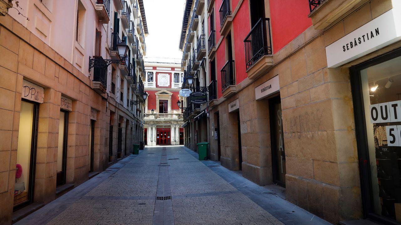 Vista de una calle de la Parte Vieja de San Sebastián, vacía este sábado por causa del coronavirus Covid-19