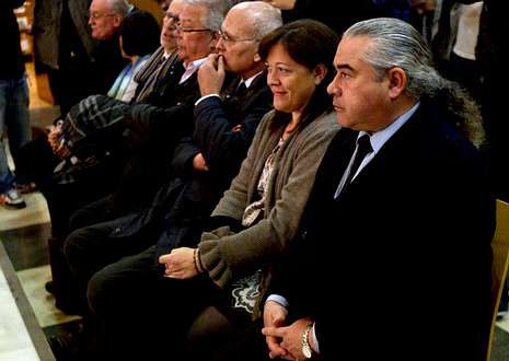 Pallerols (primero por la derecha), el exdirigente de Unió Vicenç Gavaldà (tercero) y los demás acusados, en la Audiencia de Barcelona, el pasado martes, cuando cerraron el acuerdo para evitar el juicio.
