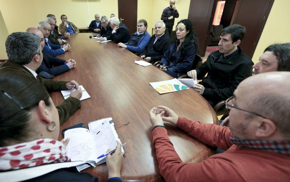 La reunión se celebró en el Pazo de Feiras y estaban convocados alcaldes y concejales.