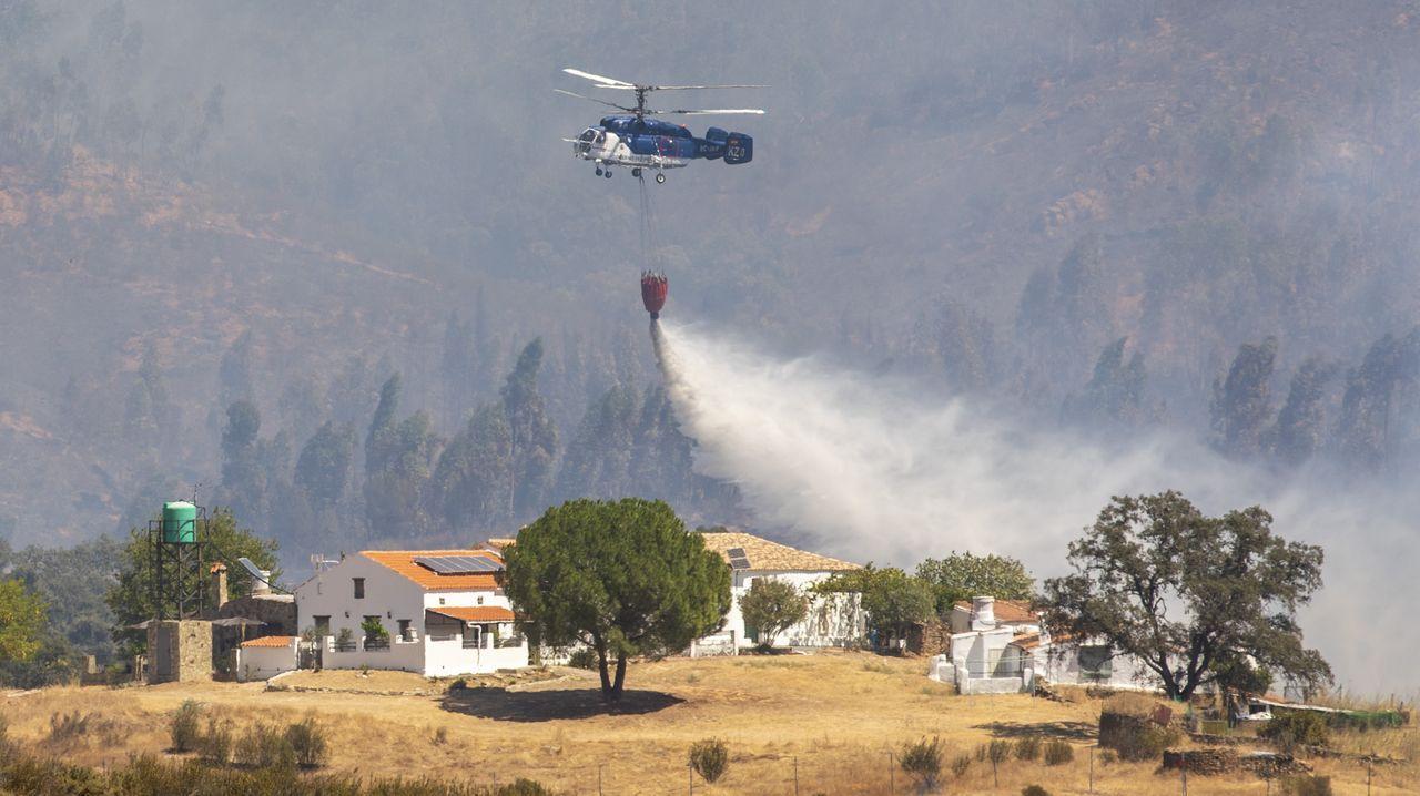 Labores de extinción del incendio que amenaza a Almonaster La Real, en Huelva