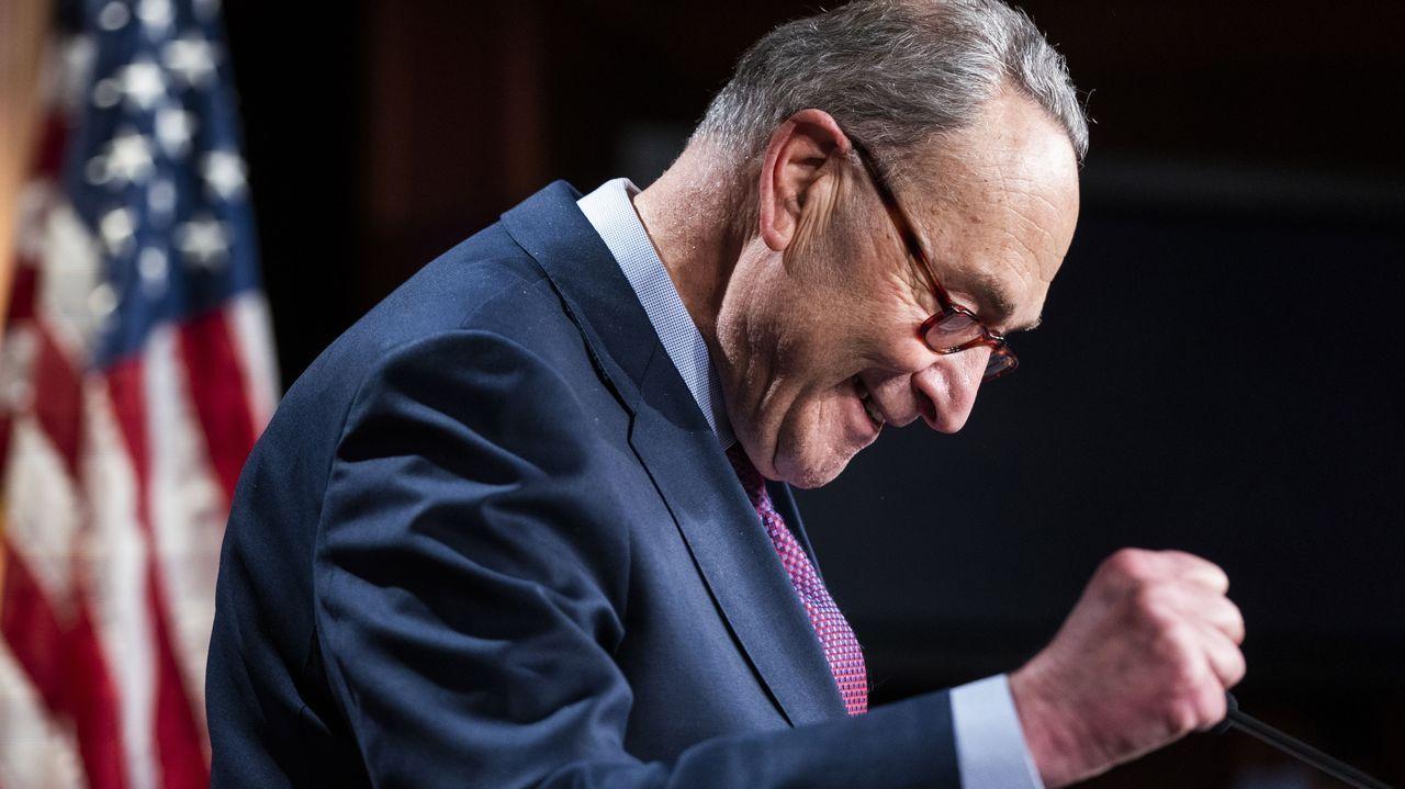 El líder demócrata del Senado, Chuck Schumer, celebra la votación