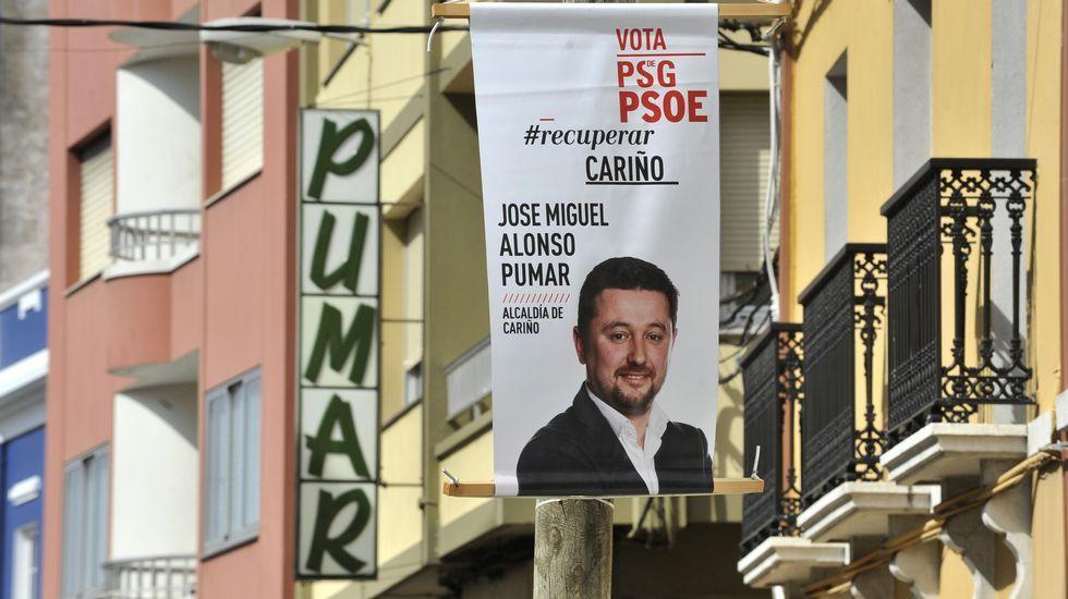 Un cartel electoral del candidato del PSG en Cariño, José Miguel Alonso Pumar, acompaña a un establecimiento del mismo nombre