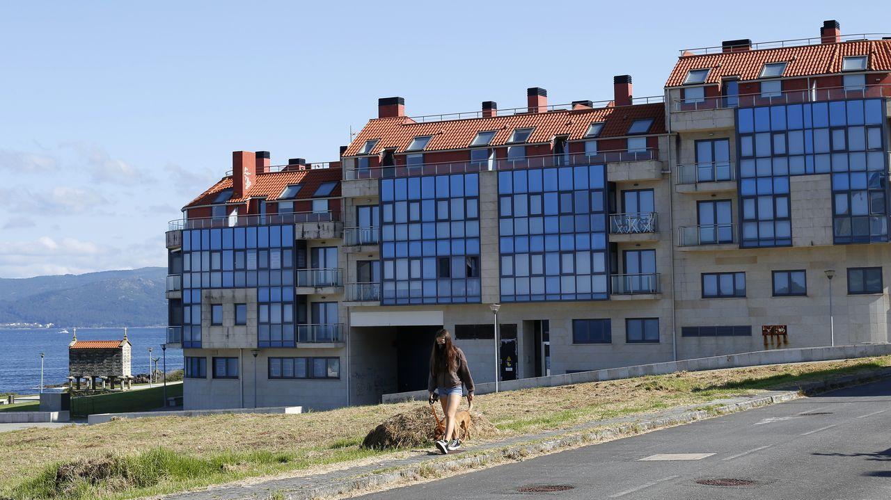 La urbanización está ubicada junto al paseo de Brañón, a escasos metros del mar