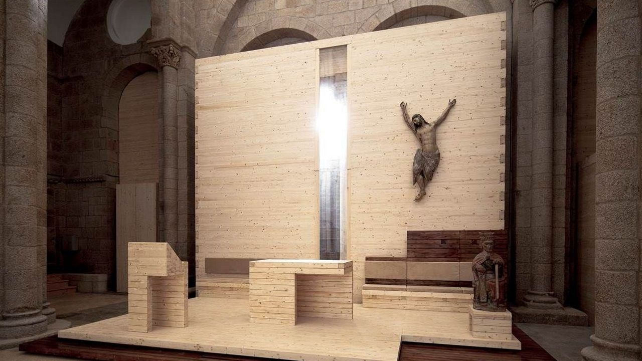 Altar provisional construído en madera con un Cristo e instalado en la catedral de Santiago