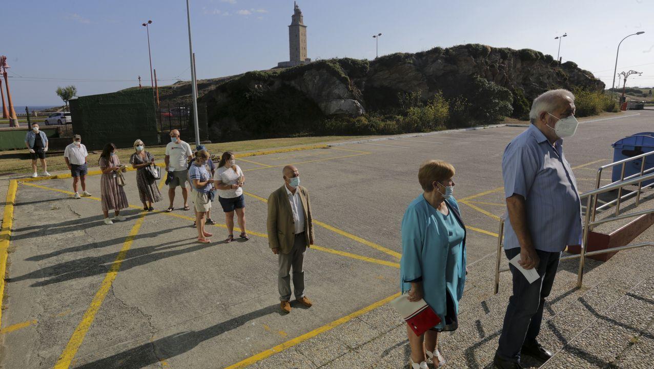 El Fuenlabrada, aislado en un hotel de A Coruña.Médicos y personal del Hotel Finisterre, en A Coruña. Imagen de la noche de este lunes