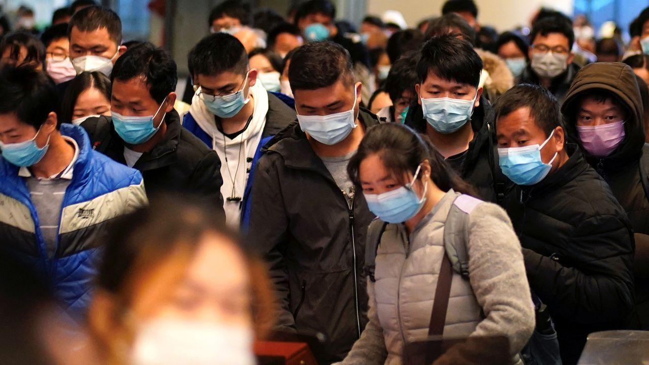 Vigo paraliza sus obras por el coronavirus.Pasajeros en la estación de tren de Wuhan en su reapertura tras más de dos meses de cuarentena